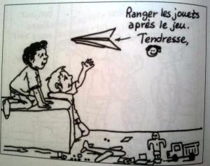 """Deux enfants reçoivent un avion papier contenant le message suivant """"Ranger les jouets après le jeu. Tendresse"""""""