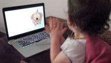 Quand bébé regarde la télévision, maman sélectionne et ne reste pas loin...