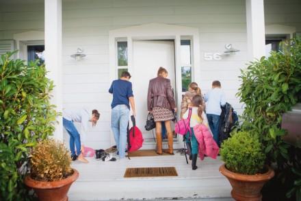 Une famille nombreuse de retour à la maison avec leur mère. / Amelie-Benoist / BSIP